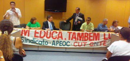 Sindicato APEOC protesta pelo descaso do governo em relação às consignações
