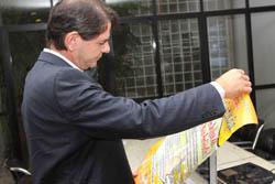 Governador recebe cartaz campanha salarial do Sindicato APEOC