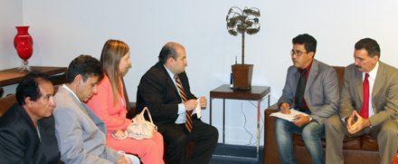 Artur Bruno participa de reunião entre APEOC e líder do Governo