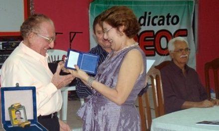 Sindicado APEOC faz entrega de medalha professor Jaime Alencar