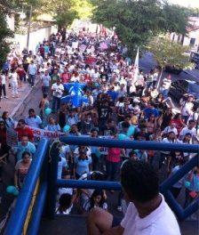 Caminhada pelas ruas de Fortaleza reúne professores da rede estadual