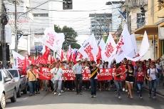 Defesa da Educação: Professores e estudantes lotam as ruas de Fortaleza