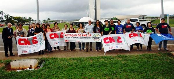 CNTE/APEOC mantém acampamento pelo PNE