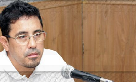 Anízio Melo dá entrevista em rádio Universitária
