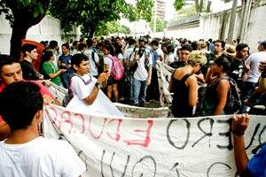 Manifestação. Professores saem em passeata*