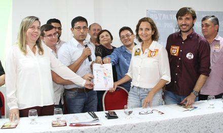 """Izolda Cela recebe """"Plataforma APEOC dos Profissionais da Educação"""" e assume compromisso com a categoria"""