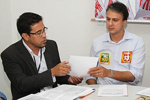 """Camilo Santana recebe """"Plataforma APEOC dos Profissionais da Educação"""" e assume compromisso com a categoria"""
