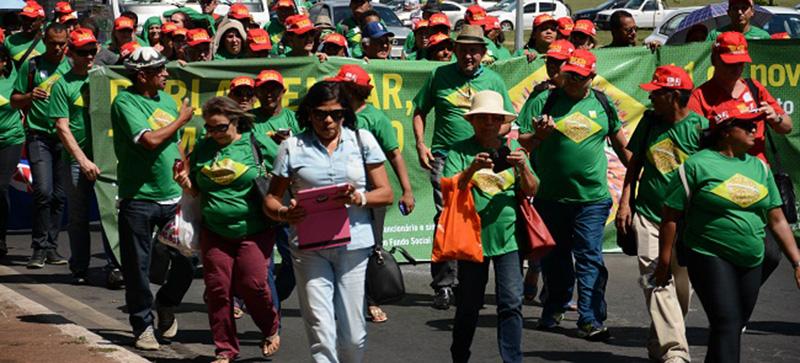 Educadores ocupam Congresso Nacional e fazem passeata até o MEC*