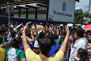 Ato reúne milhares de trabalhadores da Educação e estudantes no Palácio da Abolição