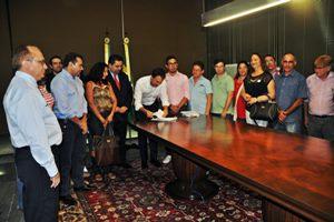Após pressão do Sindicato APEOC, Governo assina decreto que regulamenta Nova Carreira do Magistério