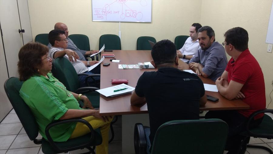 Direção do Sindicato APEOC recebe deputado Elmano de Freitas