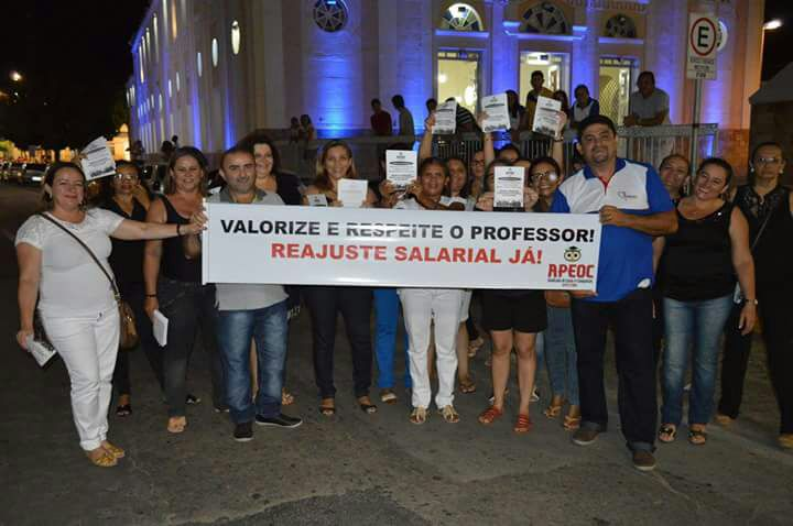 Russas: professores fazem manifestação e exigem reajuste salarial