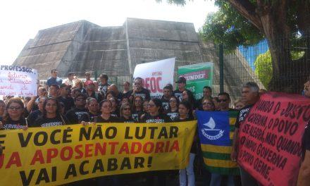 Paracuru: Educadores e servidores em greve fazem ato na Assembleia Legislativa