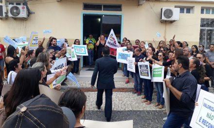 Russas: Professores fazem manifestação na Câmara Municipal e cobram reajuste salarial