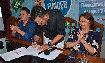 Anizio Melo assinou o afastamento do Sindicato APEOC para ser pré-candidato a deputado federal