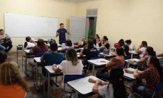 Icó: Anizio Melo participa de reunião com professores