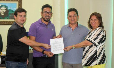 Professor Anizio Melo se licencia da presidência da APEOC. Assume interinamente o professor Reginaldo Pinheiro