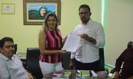 Sindicato APEOC recebe a Secretária da Educação e entrega Pauta de Reivindicações