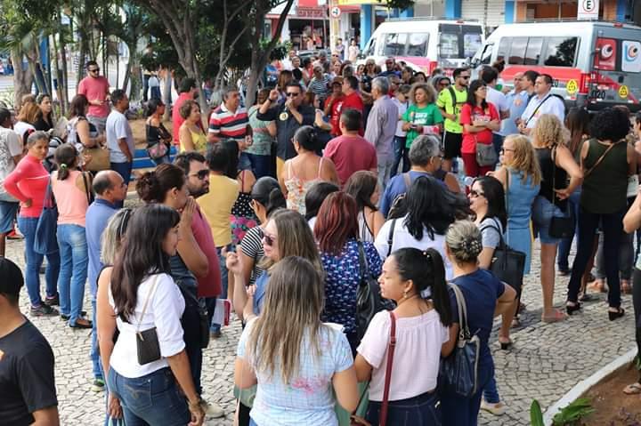 JUAZEIRO DO NORTE: POLÍCIA TENTA ACABAR COM ATO CONTRA DEFORMA, MAS PROFESSORES RESISTEM