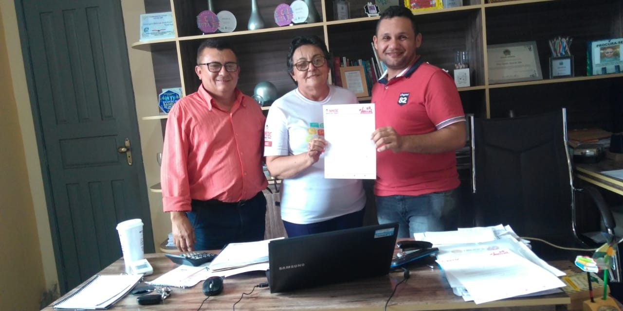 URUOCA: APEOC PROTOCOLA OFÍCIO SOLICITANDO REAJUSTE DO PISO SALARIAL