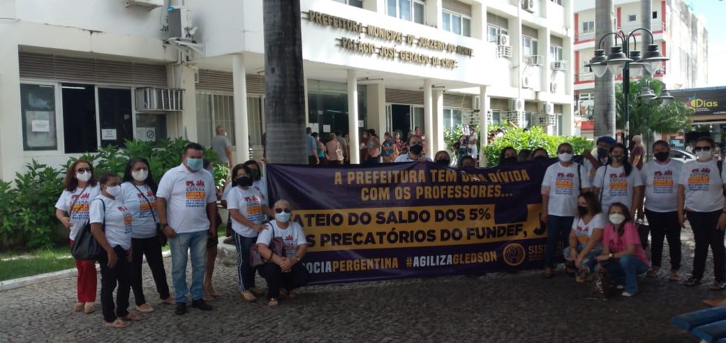 JUAZEIRO DO NORTE: EM ATO NA PRAÇA DA PREFEITURA, APEOC COBRA 5% DOS PRECATÓRIOS DO FUNDEF